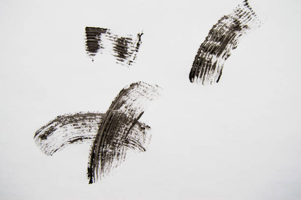 흰색 바탕에 속눈썹에 대 한 검은 마스카라의 얼룩. 흰색 배경에 고립 된 속눈썹에 대 한 블랙 마스카라의 질감 스톡 사진