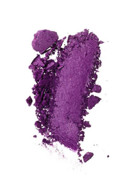 abstrich der zerkleinerten lila lidschatten - lila augen make up stock-fotos und bilder
