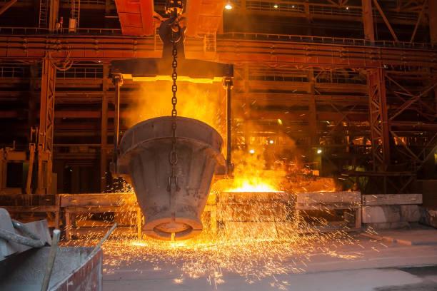 Schmelzmetall in einer metallurgischen Anlage – Foto