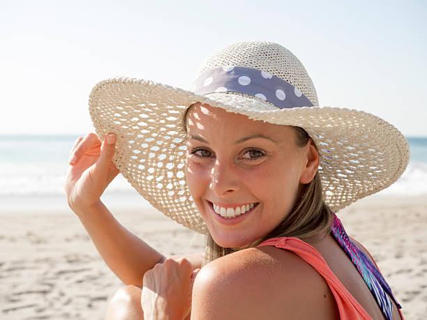 Sorriso ragazza in spiaggia - foto stock