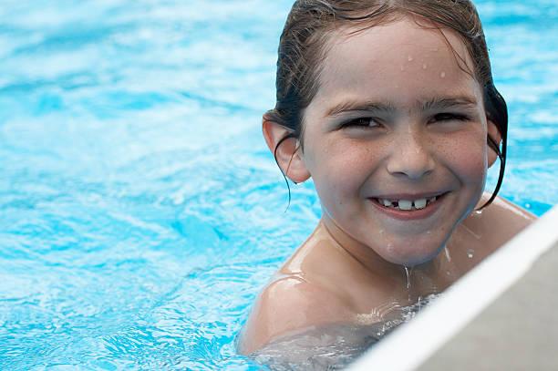 Lächeln im pool – Foto