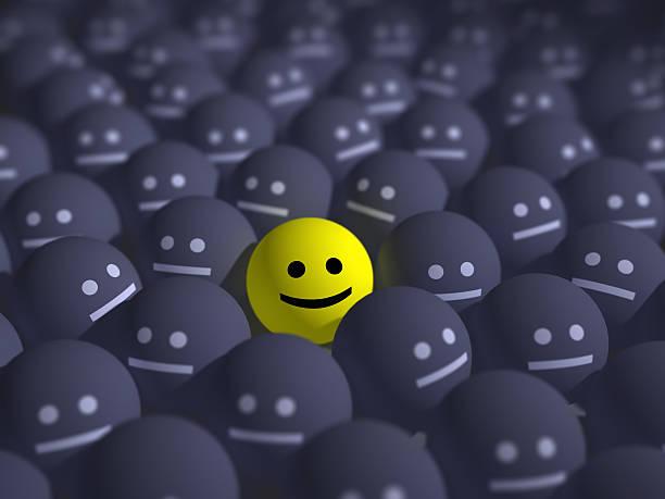 Sonrisa en el medio de una multitud gris - foto de stock