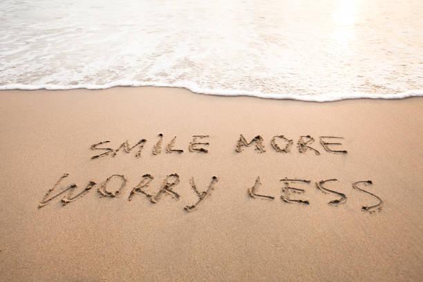smile more worry less - positive thinking concept - das leben genießen zitate stock-fotos und bilder