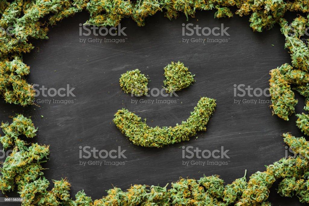 Una sonrisa de gran cantidad de marihuana, cogollos frescos del cannabis que muchas malezas. Copia spase espacio de copia - Foto de stock de Adicción libre de derechos