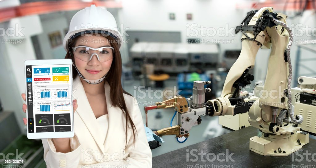 Lächeln jungen Asien Ingenieurin mit Tablet, Brille, Automatisierung Roboter arm Maschine industrielle smart factory mit Tablet-Real-Time monitoring System-Anwendung. Industrie 4. Iot-Konzept. - Lizenzfrei Arm - Anatomiebegriff Stock-Foto