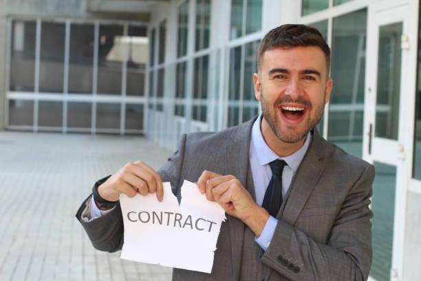 smiley geschäftsmann einen vertrag zu brechen - kündigung arbeitsvertrag stock-fotos und bilder
