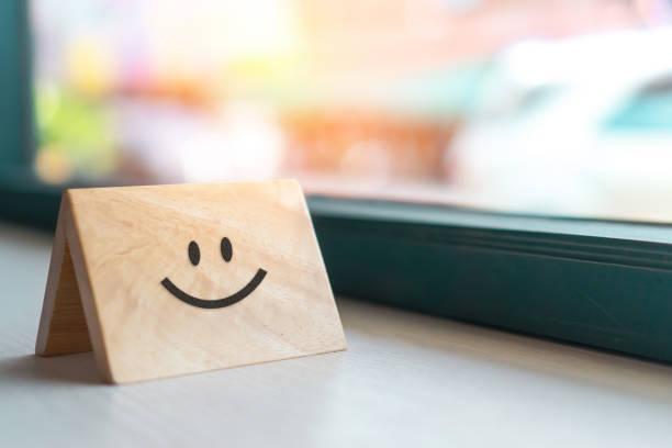 smiley gesicht symbol auf holzschild. optimistische person oder menschen, die sich im inneren fühlen und service-bewertung, zufriedenheitskonzept in der wirtschaft. - feedback stock-fotos und bilder