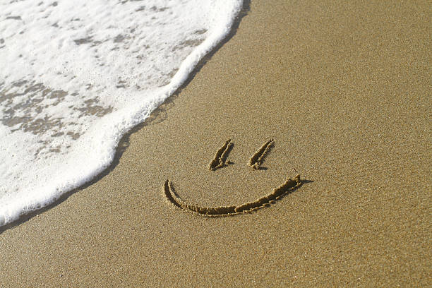 Smiley sur la plage à côté de la vague - Photo