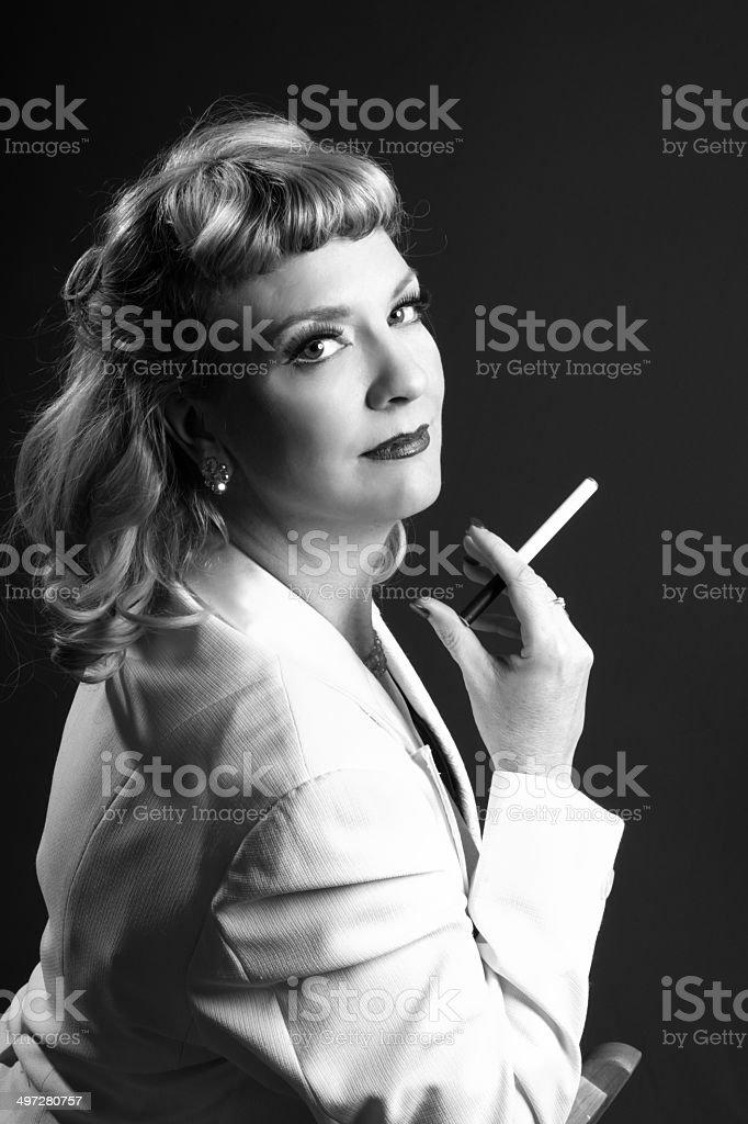 Lächelnd 1940 er Jahre aus blonde mit e-cigarette – Foto