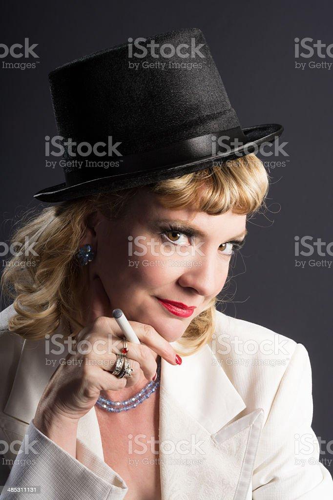 Lächelnd 1940 er Jahre aus Frau holding e-cigarette. – Foto