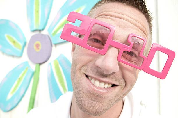 2010 occhiali da sole ragazzo sorridente con fiori - 2010 foto e immagini stock