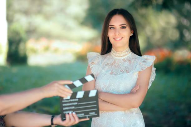lächelnden schauspielerin vorsprechen für film-film-video-casting - wedding photography and videography stock-fotos und bilder