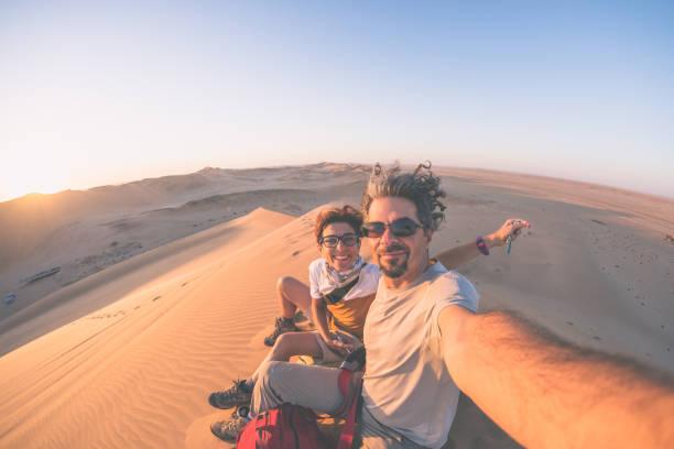 lächelndes erwachsenes paar, das selfie - reiseblogger stock-fotos und bilder