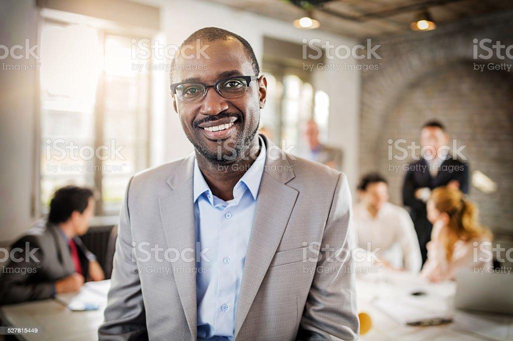 Lächelnd afrikanische amerikanische Geschäftsmann im Büro. – Foto