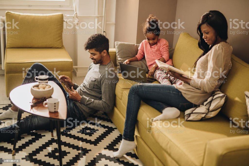 Lächelnde afroamerikanische Familie verbringt ihre freie Zeit zu Hause. - Lizenzfrei Afrikanischer Abstammung Stock-Foto