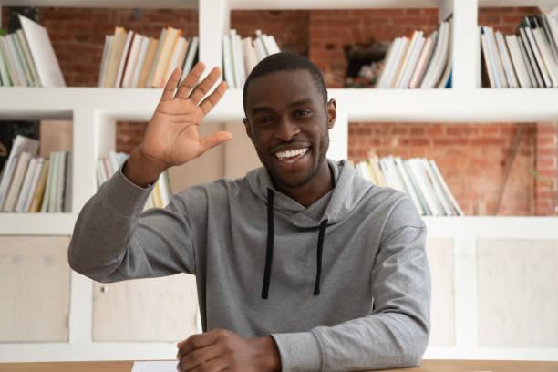 leende afrikansk amerikansk hane vinka skytte live tutorial - video call bildbanksfoton och bilder