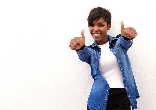 Femme afro-américaine souriante avec les pouces en l'air - Photo
