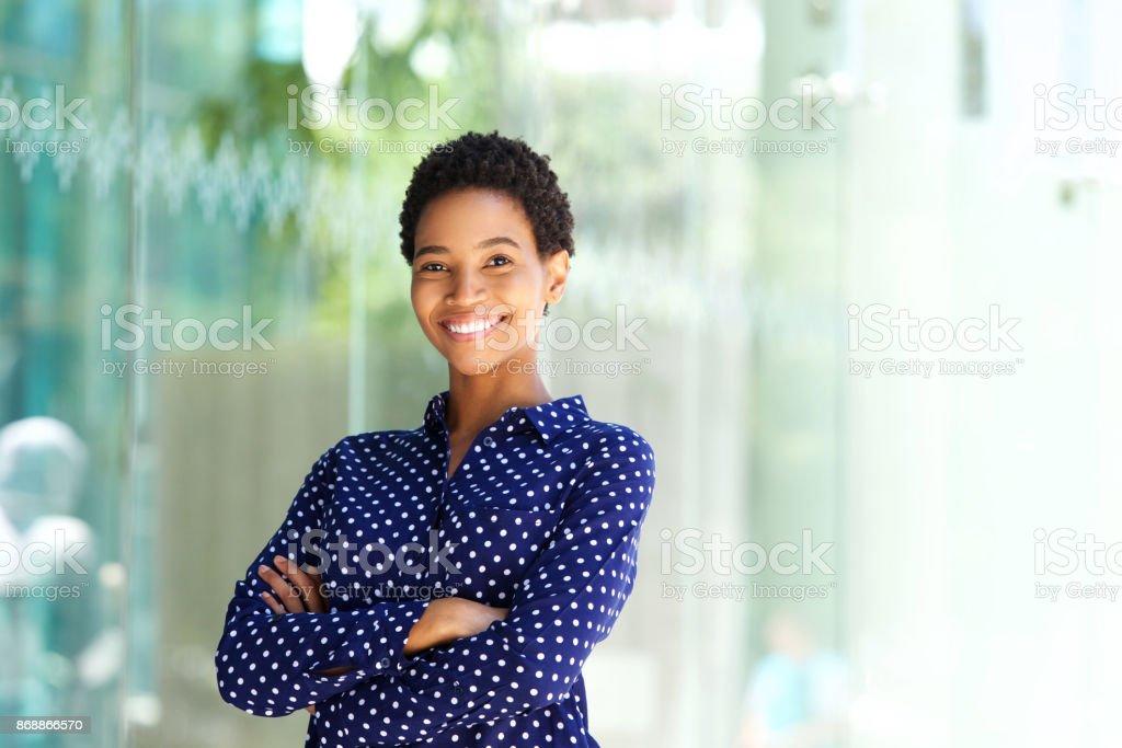 sourire de femme d'affaires africaine à l'extérieur dans la ville - Photo