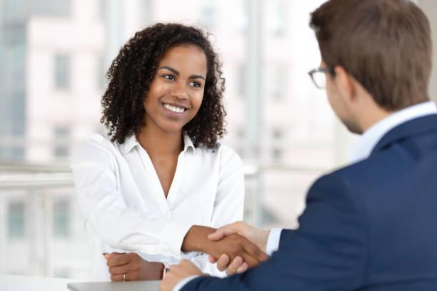 leende afrikanska hr manager hand skakning anställa kandidat på anställnings intervju - new job bildbanksfoton och bilder