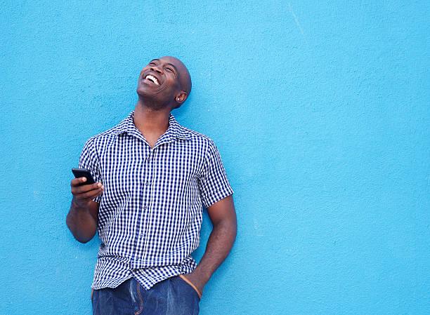 sorrindo africano idoso com celular - lifestyle color background - fotografias e filmes do acervo