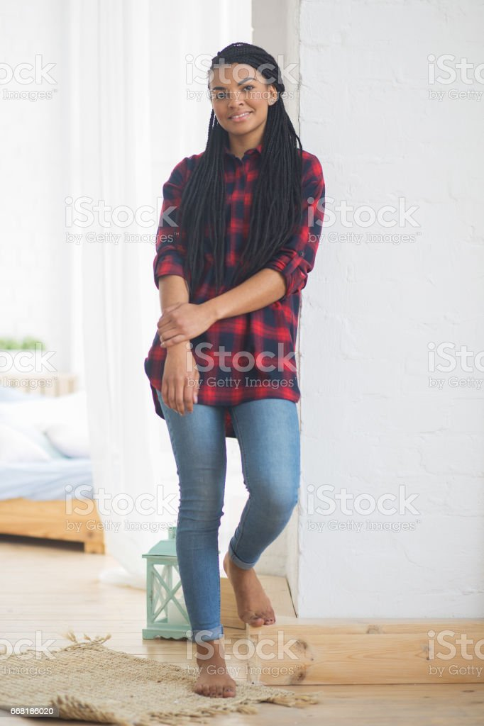 Smiling African-American woman posing at home стоковое фото