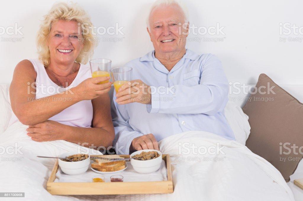 Lächelnd im Alter von paar Toasten - Lizenzfrei 1980-1989 Stock-Foto