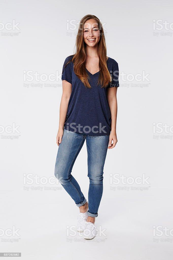 Mujer joven sonriendo y confianza, vertical - foto de stock