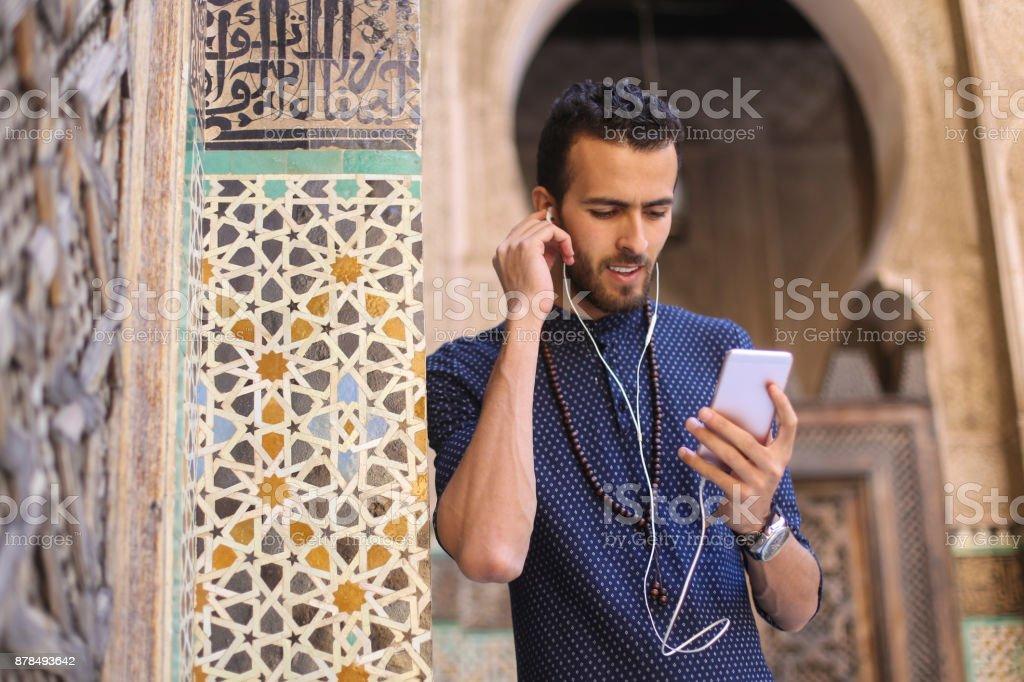 Lächelnder arabischen Mann anhören von Musik – Foto