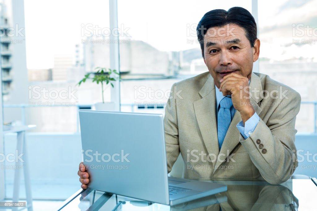 Sourire asiatique homme d'affaires travaillant sur ordinateur portable photo libre de droits