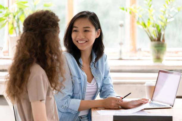 スマイルアジア hr 保険会社顧問求職者面接 - 女性会社員 ストックフォトと画像