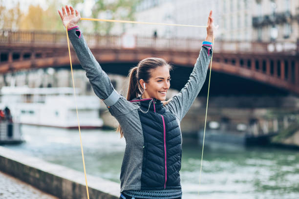 lächelnde sportler trainieren mit widerstand band - armband i gummi stock-fotos und bilder