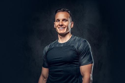 Smiling Athletic Man On Black Background - zdjęcia stockowe i więcej obrazów Aktywny tryb życia