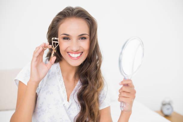 아이 래쉬 컬러 및 거울을 들고 웃는 매력적인 갈색 머리 - 속눈썹 컬러 뉴스 사진 이미지