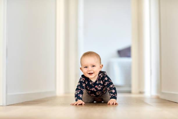 Lächelnden jungen Krabbeln im Korridor zu Hause – Foto