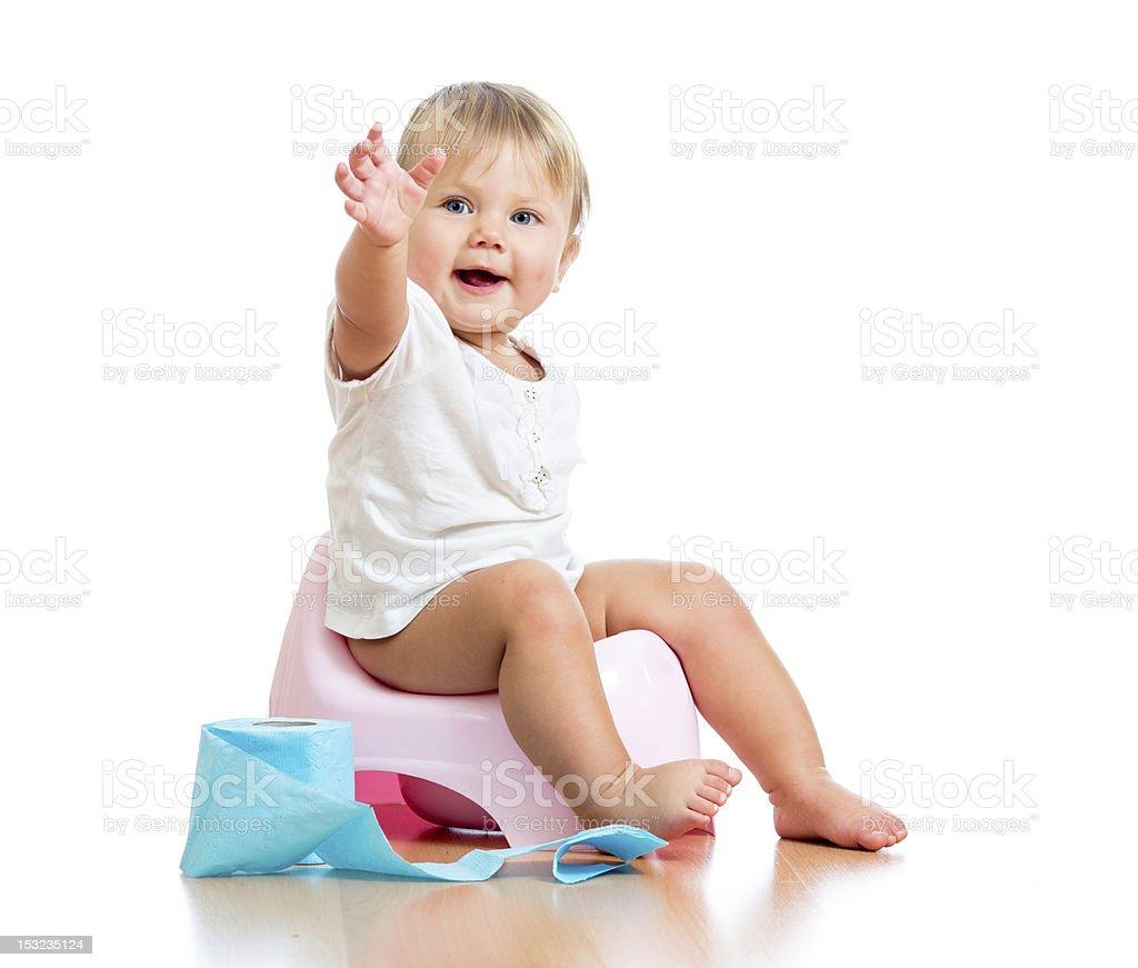 Sonriente bebé sentado en la cámara con papel higiénico con potenciómetro - foto de stock
