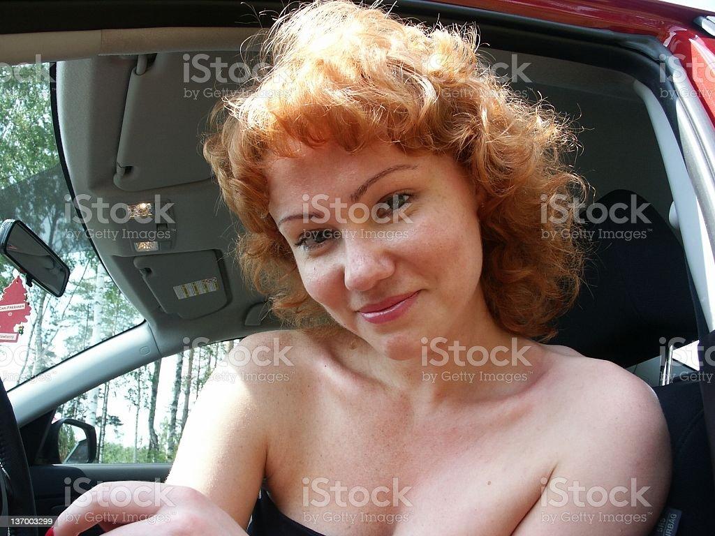 Lächelnde schöne Frau im Auto – Foto