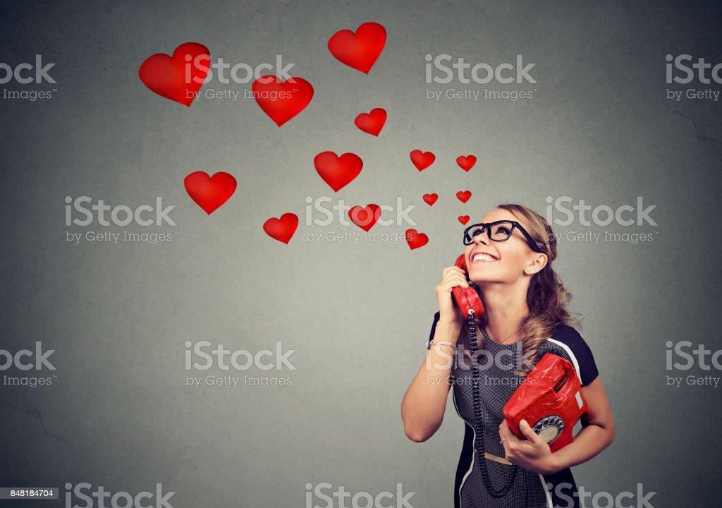 Femme belle souriante dans l'amour au téléphone - Photo