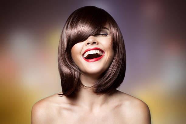 lächelnde schöne frau mit braunen kurzes haar. haarschnitt. - kurzhaarfrisuren mit pony stock-fotos und bilder