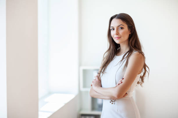 Lächelnde schöne junge Geschäftsfrau im Büro – Foto