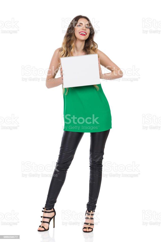 Schöne junge Frau lächelnd hält Whitebox - Lizenzfrei Attraktive Frau Stock-Foto