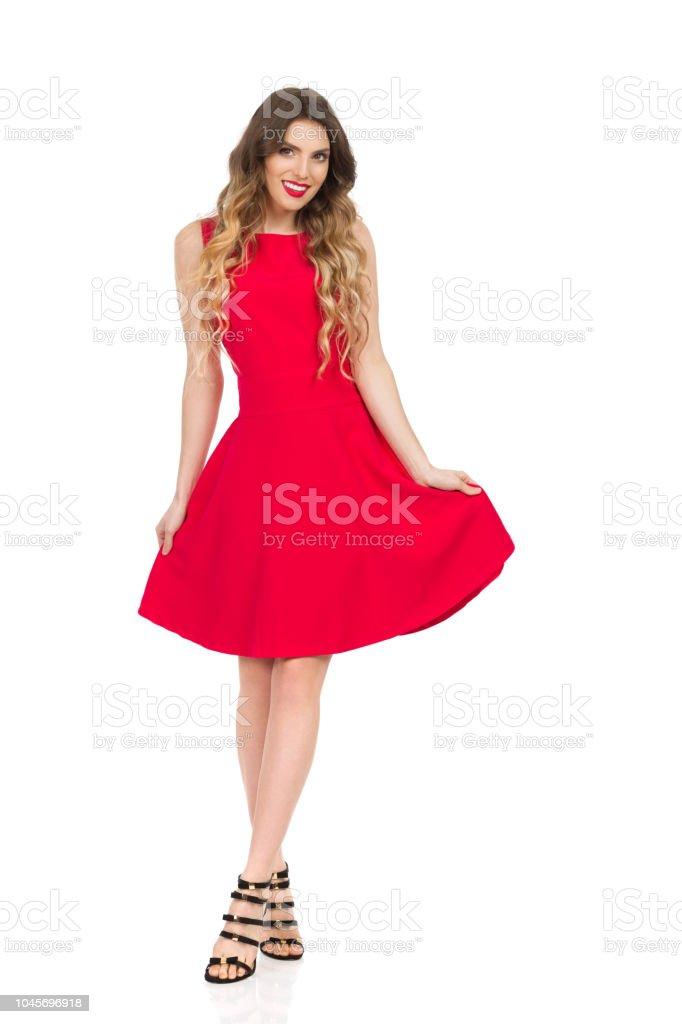 14353611109 Photo libre de droit de Souriant De Belle Jeune Femme Pose En Robe ...