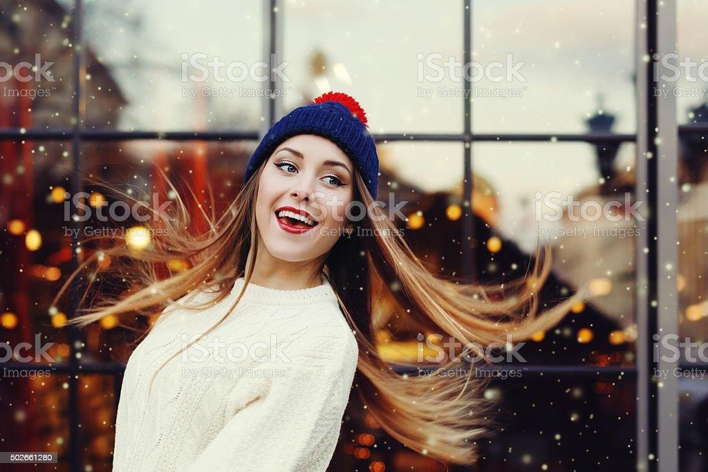 Lächeln, schöne, junge Frau spielt mit Ihr langes Haar. – Foto