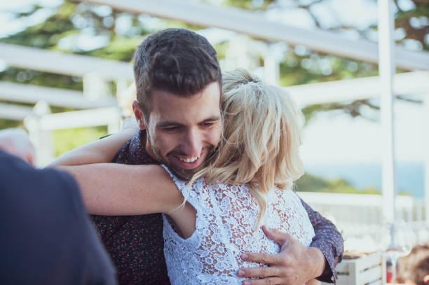 lächelnd bester mann hugging und glückwunsch an die braut - trauzeuge glückwünsche stock-fotos und bilder
