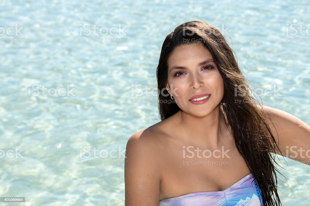 smiling black hair mexican latina girl portrait foto de stock royalty-free