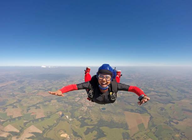 웃는 흑인 여성에서 낙하산 점프 - 스카이 다이빙 뉴스 사진 이미지