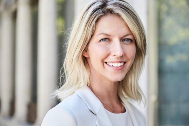 mulher de negócios loira sorridente - 35 39 anos - fotografias e filmes do acervo