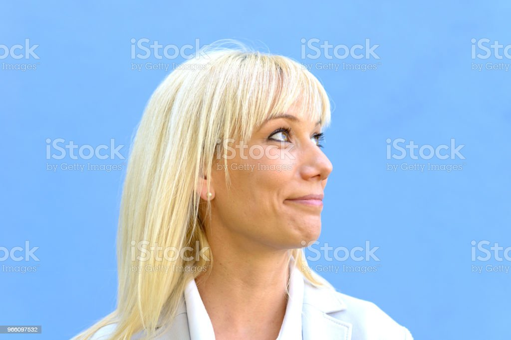Leende blond kvinna isolerade på blå - Royaltyfri Arbetsstudio Bildbanksbilder