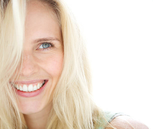Mulher loira sorridente - foto de acervo