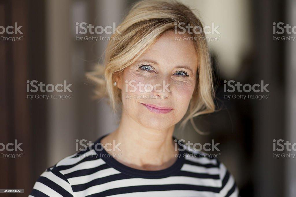 Loira sorridente mulher vestindo uma camisa às riscas - foto de acervo