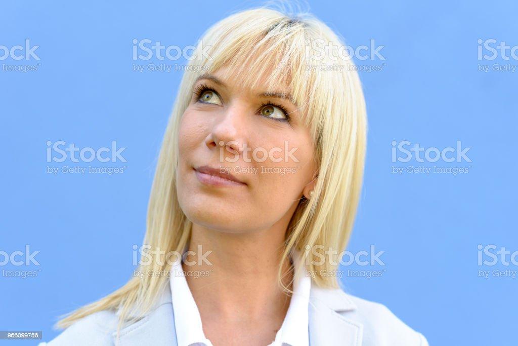 Blonde Frau lächelnd mit dem Kopf wandte sich - Lizenzfrei Atelier Stock-Foto